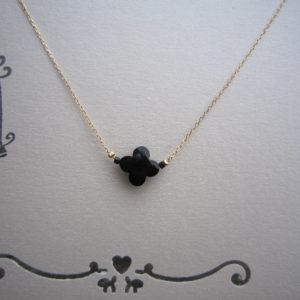 Klavertje vier ketting met een zwarte steen