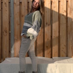 Gebreide trui met V-hals –oversized- Crème, leger groen en donker grijs kleur.