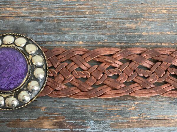 Marokkaanse Boho Riem Cognac met paarse steen.