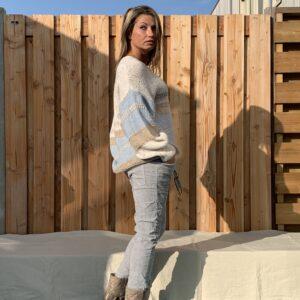 Gebreide trui met V-hals –oversized- Crème, licht bruin en blauw kleur.