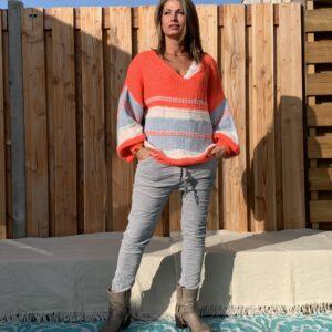 Gebreide trui met V-hals –oversized- Crème, licht blauw en oranje.