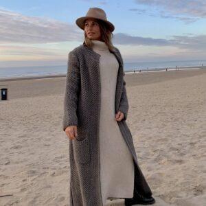 Martina Maxi grof gebreid vest taupe kleur – one size.
