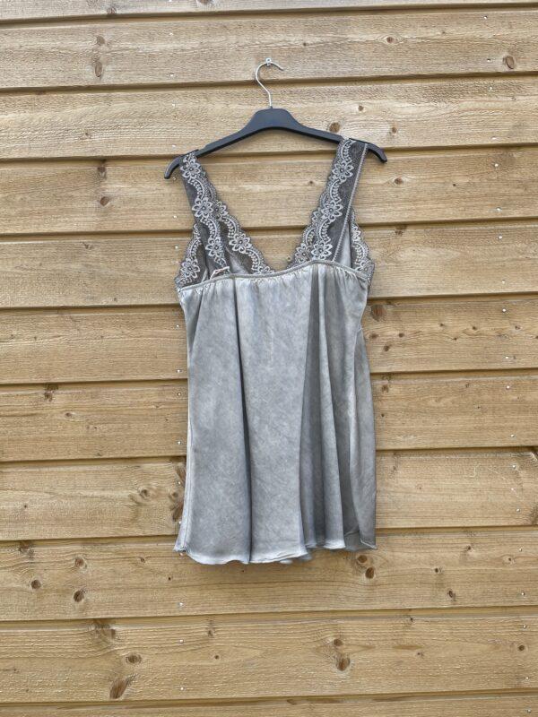 Jessie top met kant –grijs kleur.