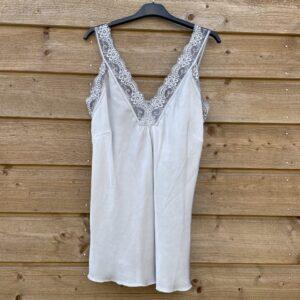 Jessie top met kant – licht grijs kleur- one size.