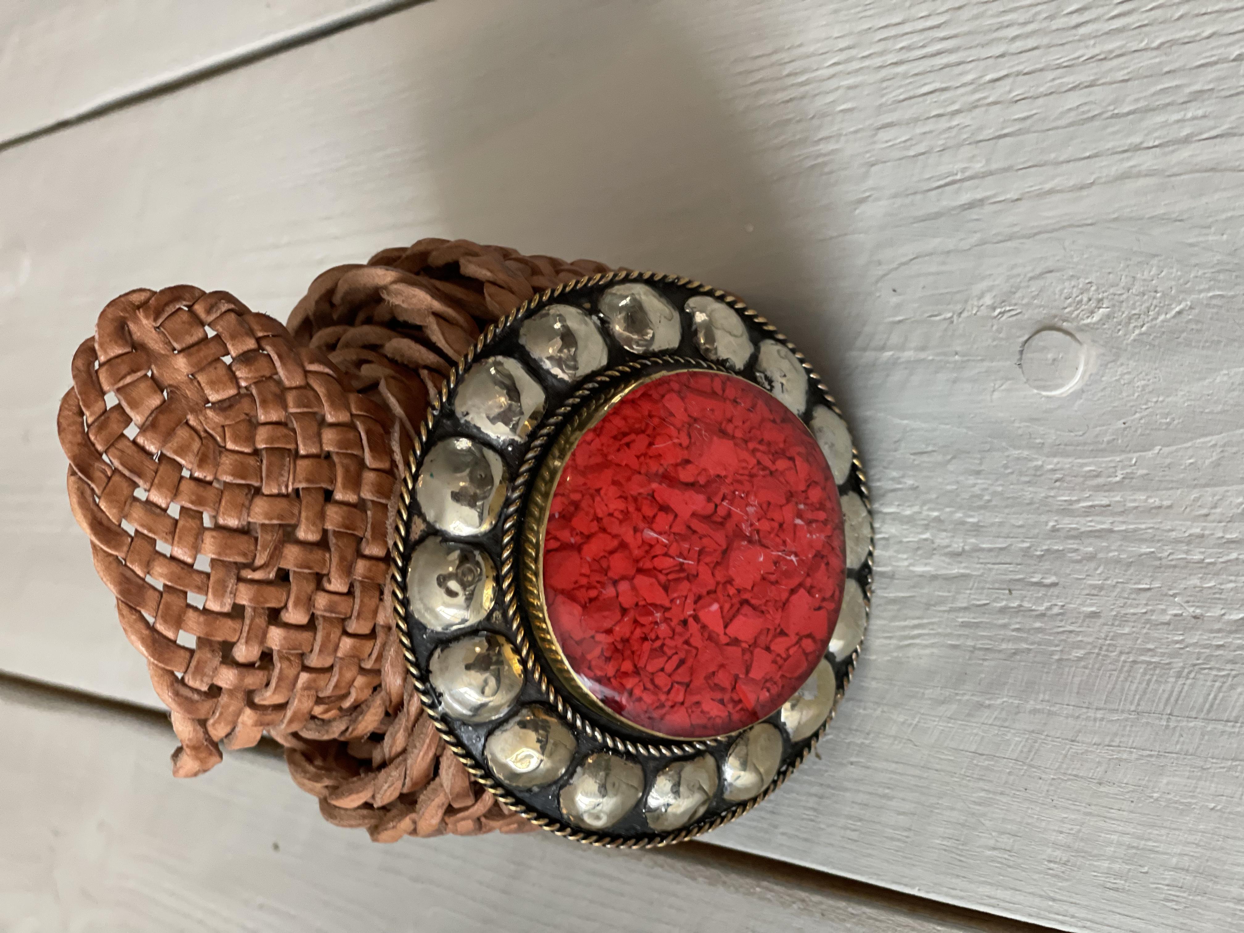 Marokkaanse Boho Riem Cognac met rode steen.