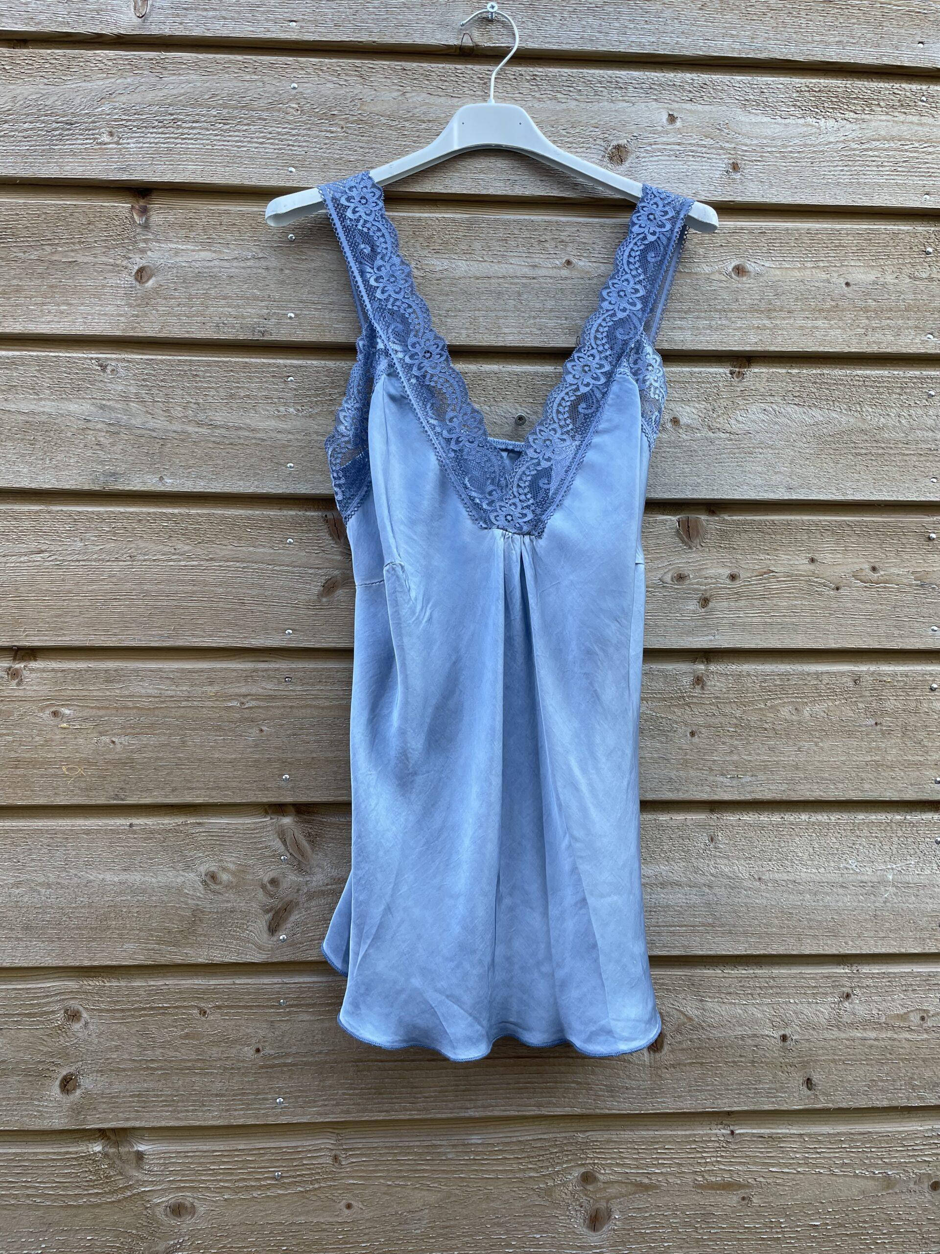 Jessie top met kant –Spijker blauw kleur.