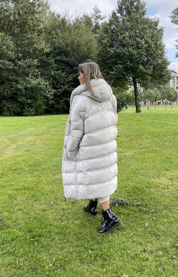 Nina lange gevoerde jas een maat - off white kleur.