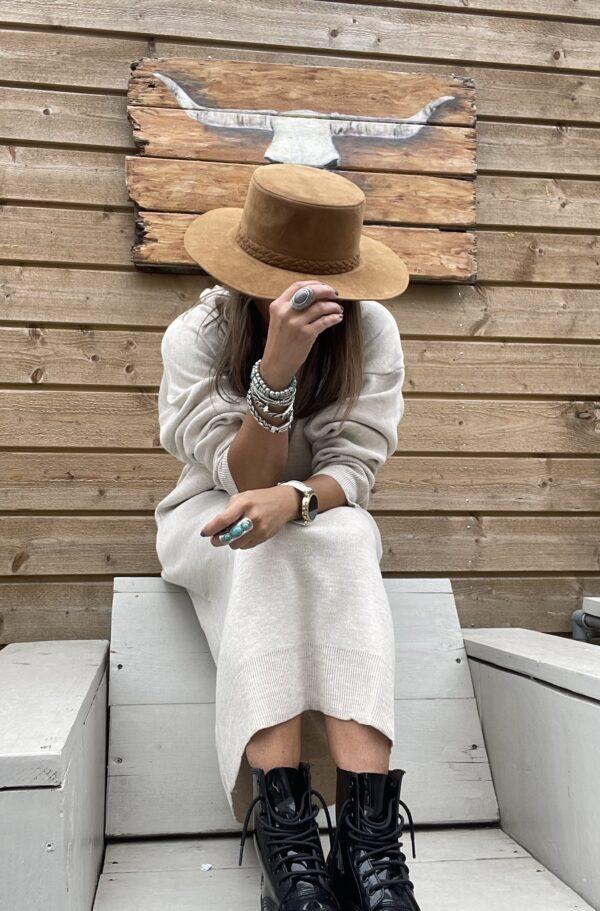 Suède look hoed gevlochten detail- beige kleur.